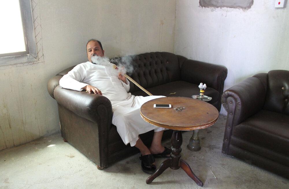 Saleh Al Huwaity, obyvateľ Saudskej Arábie v Sharme, relaxuje v miestnej kaviarni.