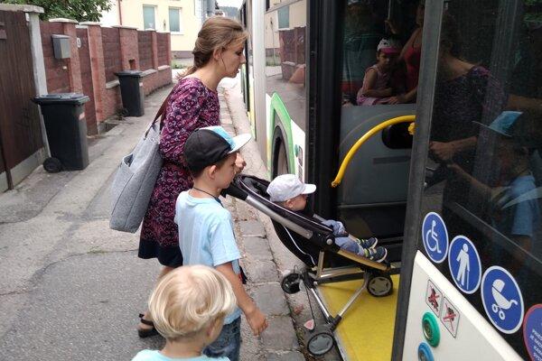 Dieťa počas jazdy nemusí byť v kočíku, uznalo vedenie DPMŽ.
