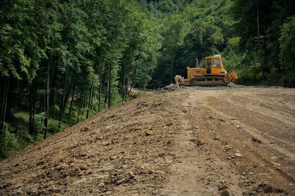 Vývoz sutiny zvýstavby diaľnice vyvolal viacero otáznikov.