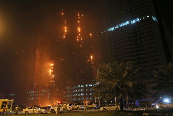 Požiar budovy v obytnom komplexe 12 veží v meste Adžmán.