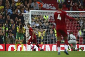 Grant Hanley sa chytá za hlavu po vlastnom góle v zápase FC Liverpool - Norwich City.