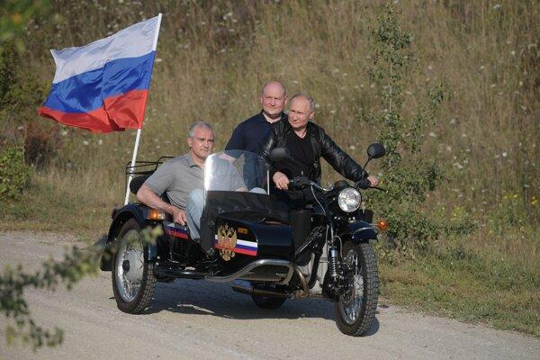 Putin s motorkármi na Kryme.