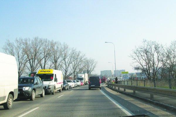 V meste kritická dopravná situácia, zápchy sa tvoria najmä na moste.