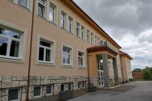 Základná škola s materskou školou v Markušovciach, dvojité delegovanie do rady tejto školy spôsobilo problémy.
