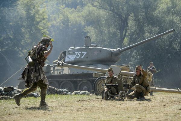 Účastníci rekonštrukcie historických bojov počas operácie Südwind z II. svetovej vojny v Pohronskom Ruskove.