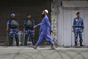 Indické bezpečnostné zložky, ktoré hliadkujú v uliciach tohto himalájskeho regiónu, povolili niektorým veriacim navštíviť mešity v rámci moslimského sviatku obete Íd al-adhá.