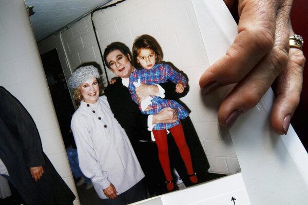Operná speváčka Patricia Wulfovová ukazuje fotografiu z roku 1988, na ktorej je s operným spevákom Plácidom Domingom a jej 4-ročnou dcérou.