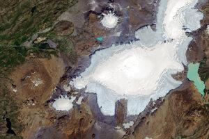 Zvyšky ľadovca Okjökull sa nachádzajú blízko stredu ľavého okraja fotky. Družicový záber vznikol 1. augusta 2019.