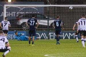 Dominik Greif chytá penaltu v zápase FC Dundalk - ŠK Slovan Bratislava.