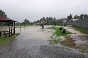 Situácia v Lade - zaplavené ihrisko.