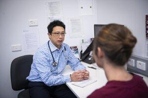 Na objave sa podieľal imunológ Jason Tye-Din. Fotografia zachytáva profesorovu konzultáciu s pacientkou.