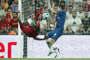 Sadio Mane (vľavo) a Andreas Chistensen v zápase Superpohára UEFA medzi FC Liverpool - Chelsea Londýn.
