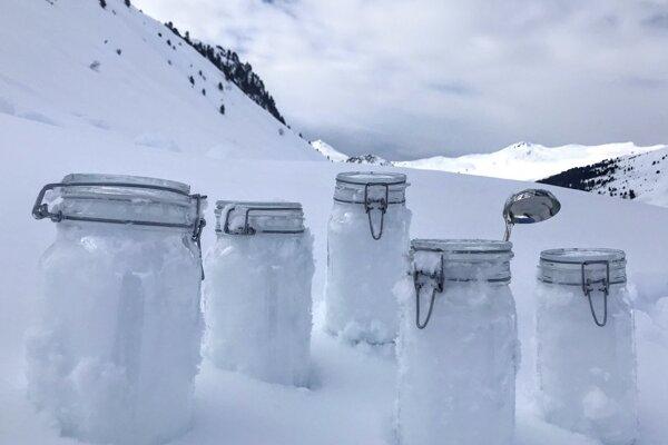 Vzorky snehu ukázali, že čiastočiek mikroplastov je v zrážkach viac než desaťtisíc na liter.