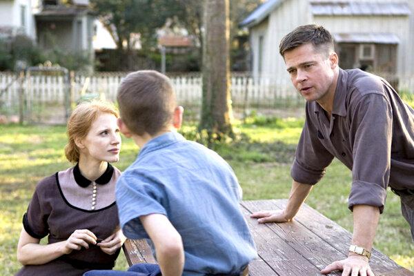Jessica Chastain a Brad Pitt vo filme Strom života od Terrencea Malicka.