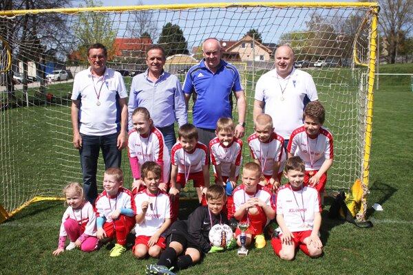 Malí futbalisti Veľkého Zálužia: Vpravo hore stojí Pavol Cocher, vedľa neho Štefan Korman, predseda ObFZ v Nitre.
