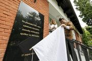 Ministerka Matečná a predseda Slovenského zväzu včelárov odhaľujú pamätnú tabuľu, ktorá bude pripomínať 100. výročie od zjednotenia slovenských včelárov.