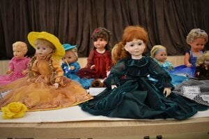 Bábika v zelených šatách dostala meno Samuela. Too meno nedostala náhodou.