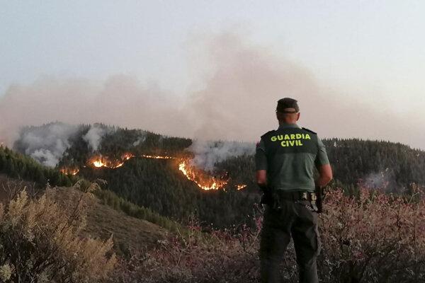 Pred požiarom na ostrove Gran Canaria uniklo 5000 ľudí