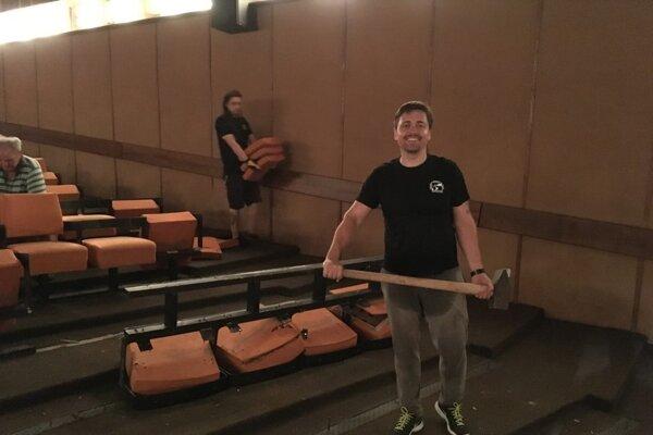 Pri výmene sedadiel pomohol aj riaditeľ divadla Martin Kusenda.