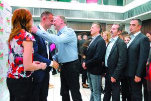 Stanislav Hreha blahoželal v roku 2014 Richardovi Rašimu (Smer) k opätovnému zvoleniu za primátora Košíc žoviálne ako starému kamarátovi.