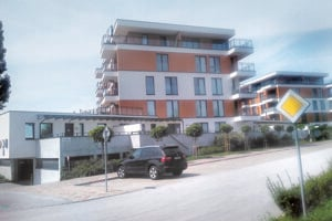 Auto poslanca Buriana pred bytovkou s Hrehovými bytmi bolo aj v utorok.