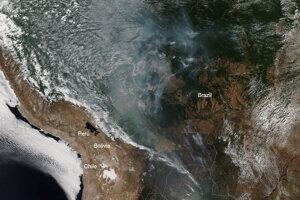 Na záberoch zo satelitu NOAA-20 je jasne vidieť dym z lesných požiarov v Amazonskom pralese. Dym nielenže tieni slnko, ale ochladzuje povrch Zeme a ohrieva atmosféru. V dôsledku toho sa môžu prestať tvoriť oblaky.
