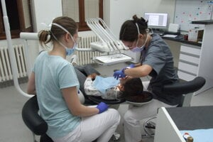Nová zubná pohotovosť, vpravo stomatologička Monika Mesárošová (vpravo) so sestričkou Danielou Čjepa.