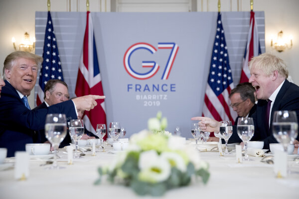 Prezident Donald Trump a premiér Boris Johnson na spoločných raňajkách v Biarritzi 25. augusta 2019.