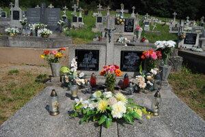 Hrob rodičov Mariky Gombitovej.