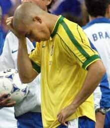 ronaldo po prehratom finale francúzsko - brazília na majstrovstvách sveta vo futbale 1998></p> <p>oločnosťou nike, že nastúpil na finálové stretnutie ms 1998 vo francúzsku úplne zdravý. v tejto súvislosti komisia skúma údajne podozrenie, či firma nike vyvíjala na ronalda tlak, aby za každú cenu nastúpil na spomínaný zápas proti domácim futbalistom, hoci ho niekoľko hodín pred samotným zápasom postihli kŕče. </p> <p>