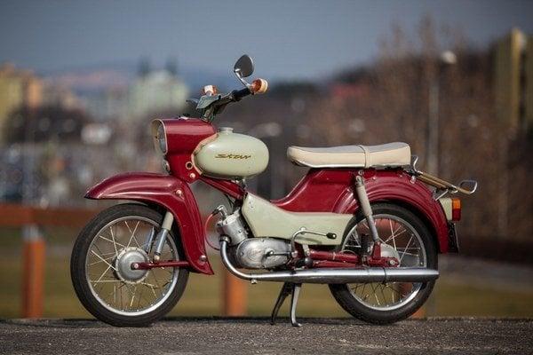 Meno výrobcu motocyklom Simson dali bratia Löb a Moses Simsonovi, ktorí ho kúpili v roku 1856. Až po druhej svetovej vojne sa tu začali vyrábať prvé motocykle.