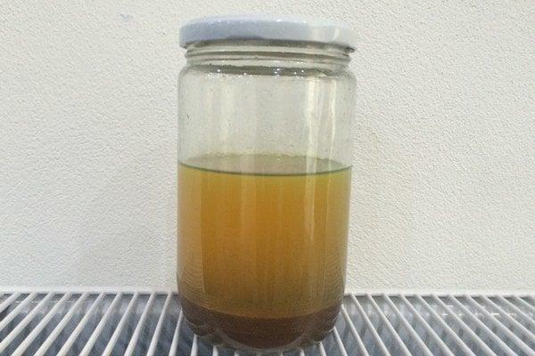 Kal ani zelenkavý film navrchu nemajú v nafte čo robiť.
