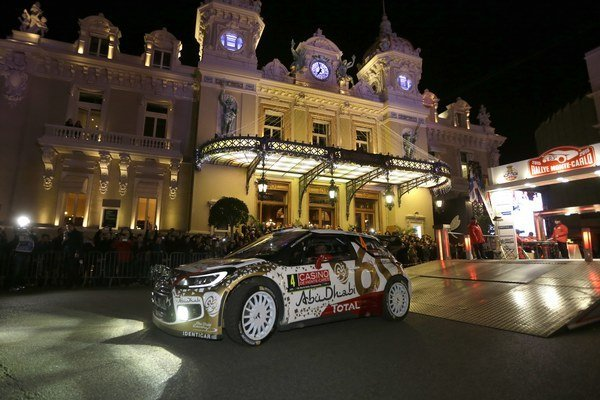 Pretekári Rallye Monte Carlo tradične štartujú z námestia pred kasínom.
