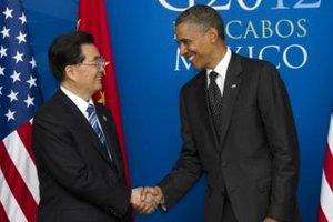 Americký prezident Barack Obama (vpravo) a čínsky exprezident Chu Ťin-tchao si podávajú ruku pred bilaterálnymi rokovaniami na summite najväčších ekonomík sveta G20 v mexickom Los Cabos.