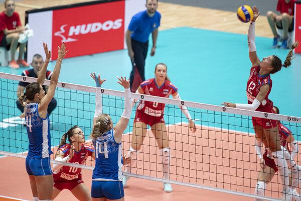Nikola Radosová (vpravo) smečuje v zápase Slovensko - Bielorusko na ME vo volejbale žien 2019.
