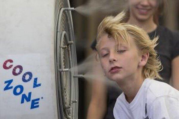 Desaťročný Easton Martin sa osviežuje počas horúčav v Las Vegas.
