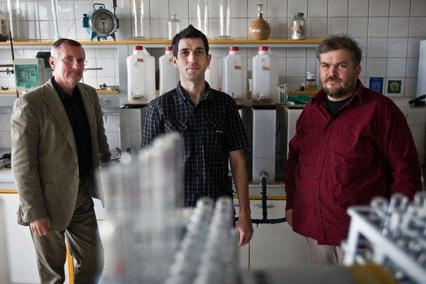 Vedecký tím STU v laboratóriu, kde skúma odpadové vody.