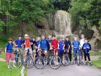 """""""cyklošovia"""" pri najväčšom travertínovom vodopáde na slovensku v lúčkach."""