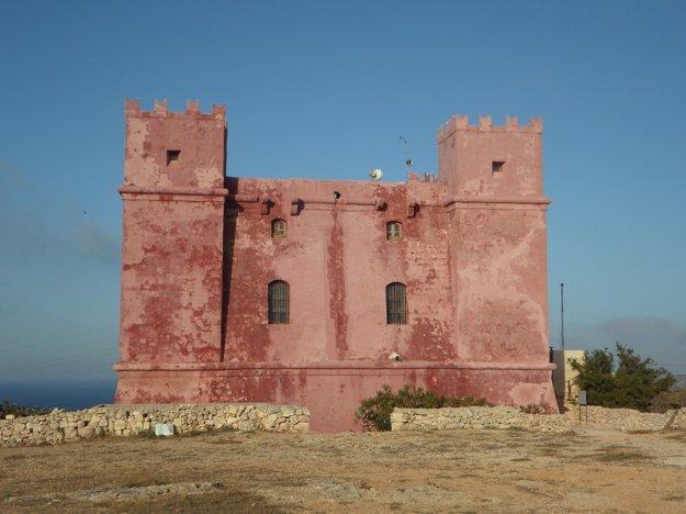 K zaujímavostiam Malty patria aj početné historické pevnosti a strážne veže z dôb rytierov.