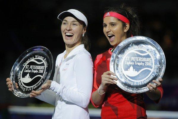 Minulý týždeň Martina Hingisová (vľavo) so Saniou Mirzovou ovládli turnaj v Petrohrade.