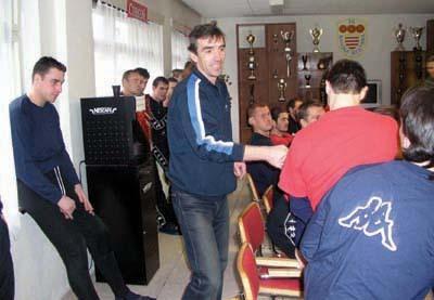václav daněk sa zdraví s hráčmi dukly na prvom tréningu.