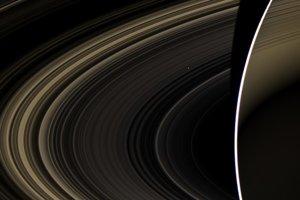 Drobná bodka v pozadí (na snímke hore) je planéta Venuša.