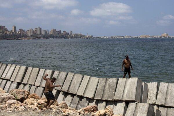 Betónové bariéry na mori majú Alexandriu lepšie zochrániť pred prílivom.