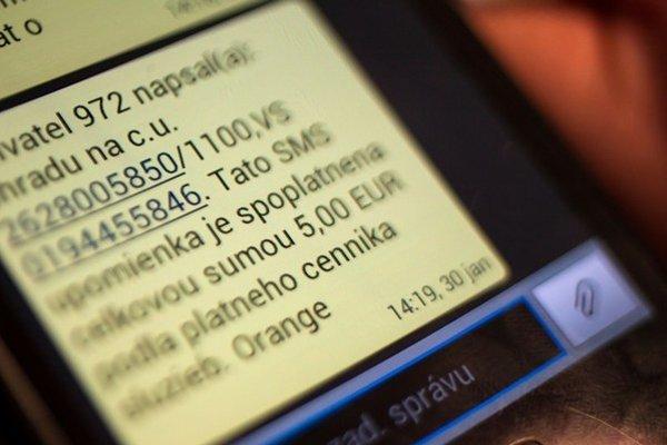 Orange posiela dve esmeskové avíza na omeškanú platbu. Prvá správa je grátis, druhá príde pár dní po splatnosti faktúry a zákazníka bude stáť päť eur.