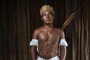 Bojovník kmeňa Munduruku v tradičnom oblečení a vo svojom prirodzenom prostredí, v rodnej dedine na brehu rieky Tapajos.