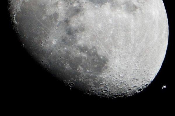 Mesiac spolu s Medzinárodnou vesmírnou stanicou ISS.