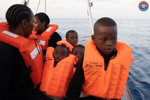 Migranti nachádzajúci sa na palube záchrannej lode Mare Jonio.