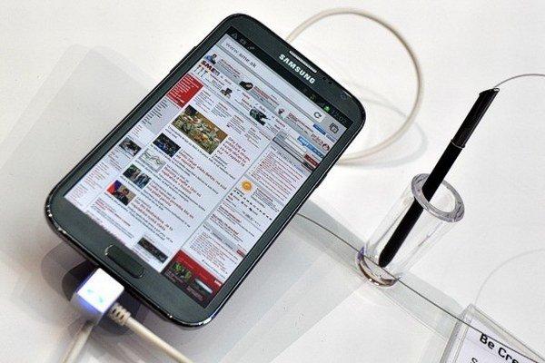 Vyzerá ako bežný smartfón, no je o niečo väčší a ťažší. Myslieť na to treba pri jeho kúpe.