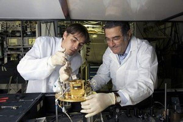 Serge Haroche (vpravo) prišiel na spôsob, ako spútať časticu žiarenia.