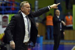 Tréner Košičaniek Maroš Kováčik rozdáva pokyny svojim zverenkyniam.